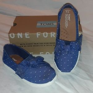 TOMS CLASSIC IMPERIAL BLUE DOT CHAMBRAY/BOW